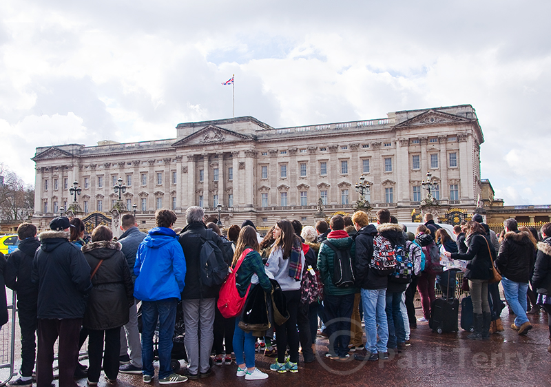 London_Crowds gather at Buckingham Palace