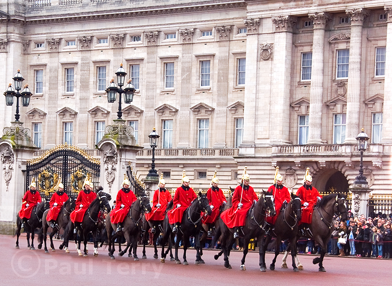 London_Household Cavalry outside Buckingham Palace